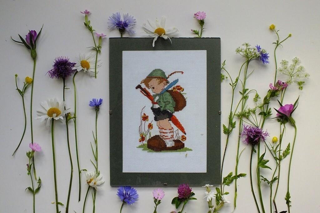 Geborduurd jongetje tussen bloemetjes