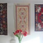 Drie kleden aan de muur