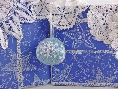 Blauwe gebreide kerstbal