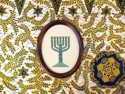 Geborduurde Menora op gele Israel-stof