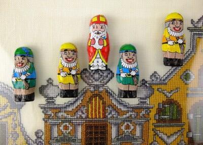 Zwarte Pieten op geborduurde daken