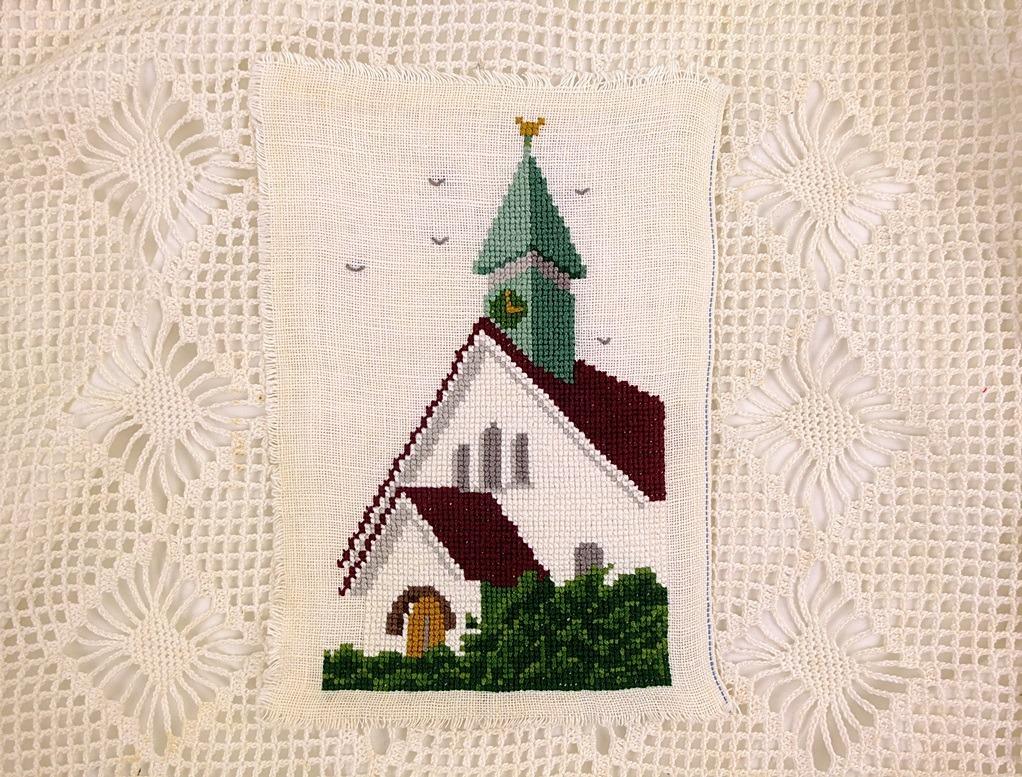 Geborduurd wit kerkje