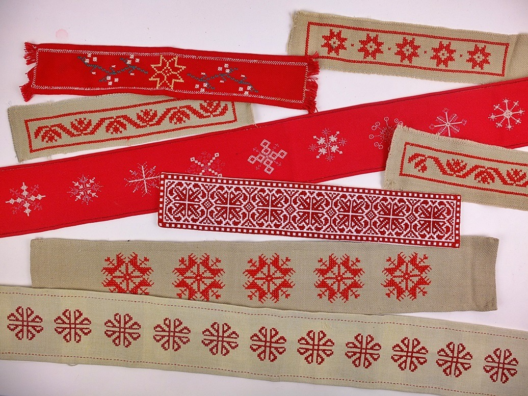 geborduurde lopers met kerstmotieven