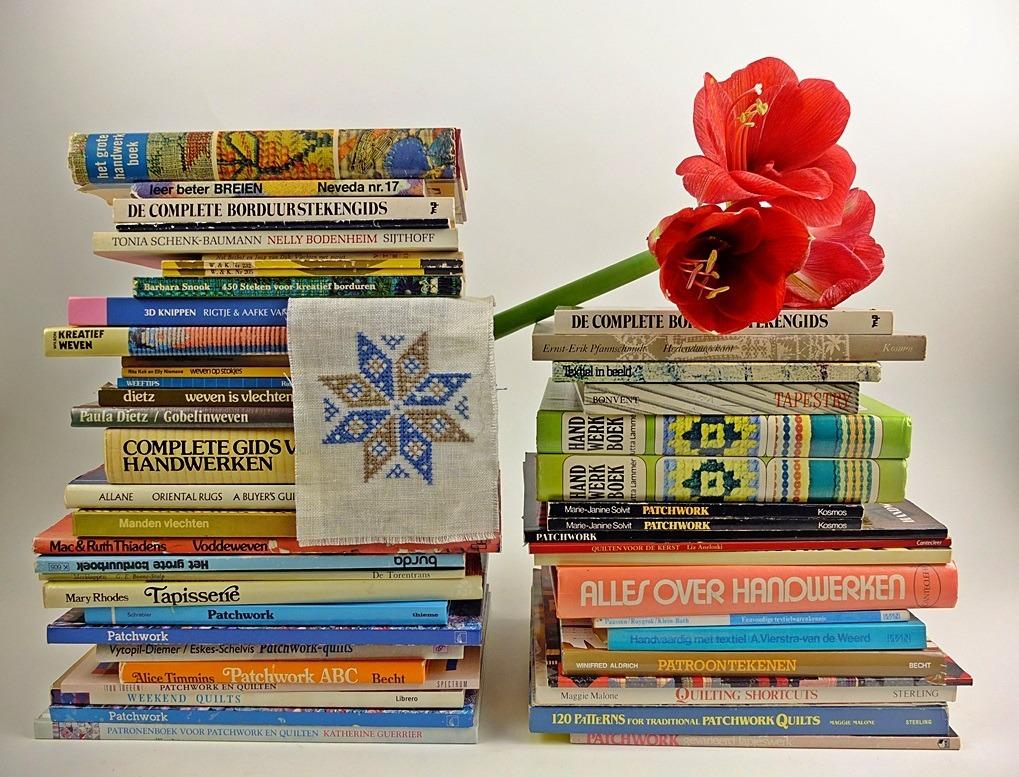 Handwerkboeken op stapels