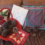handwerken voor de kerst met denneappels en mola-kleedje