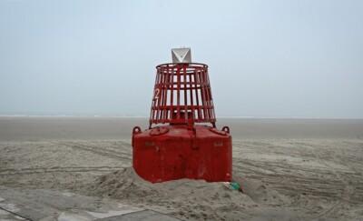 Rode boei op leeg strand