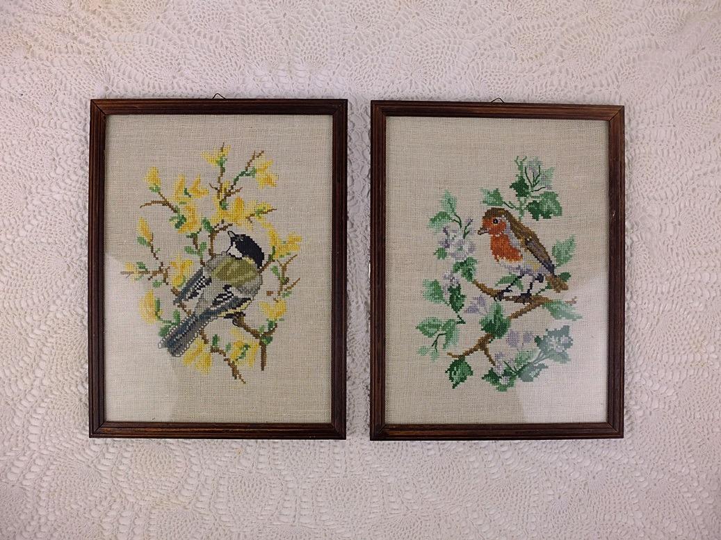 twee ingelijste geborduurde vogeltjes