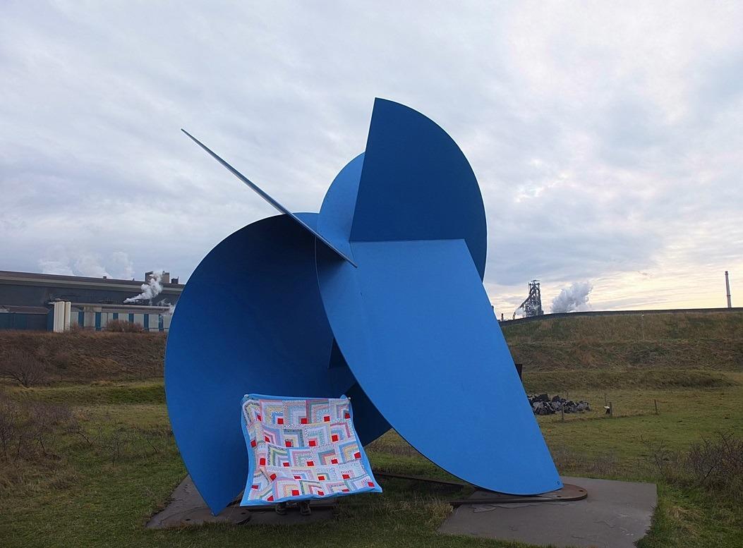 Hollandse quilt op blauw kunstwerk bij Hoogovens IJmuiden