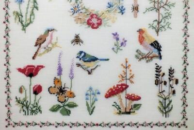 geborduurde vogeltjes en vlindertjes