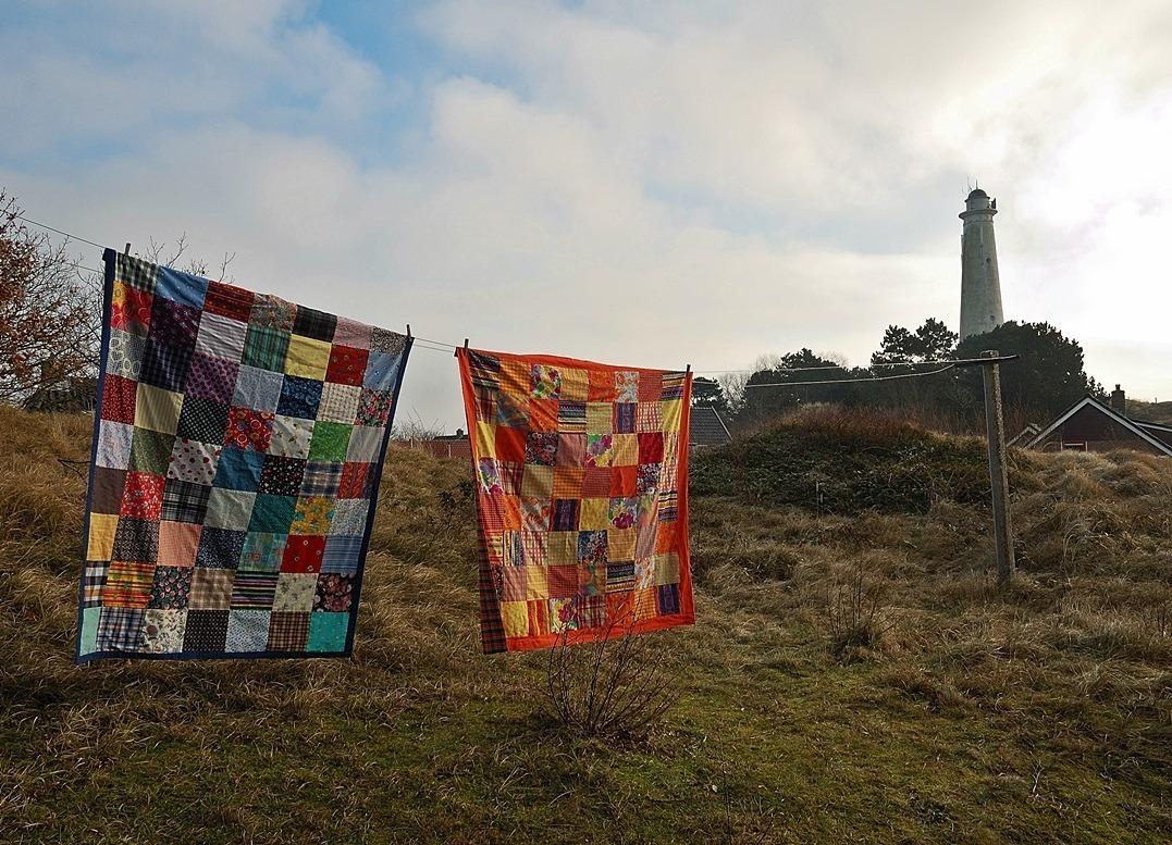 Twee lappendekens aan waslijn op Schiermonnikoog