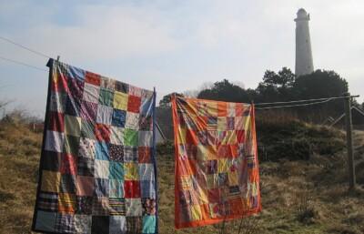 twee lappendekens aan een waslijn op Schiermonnikoog