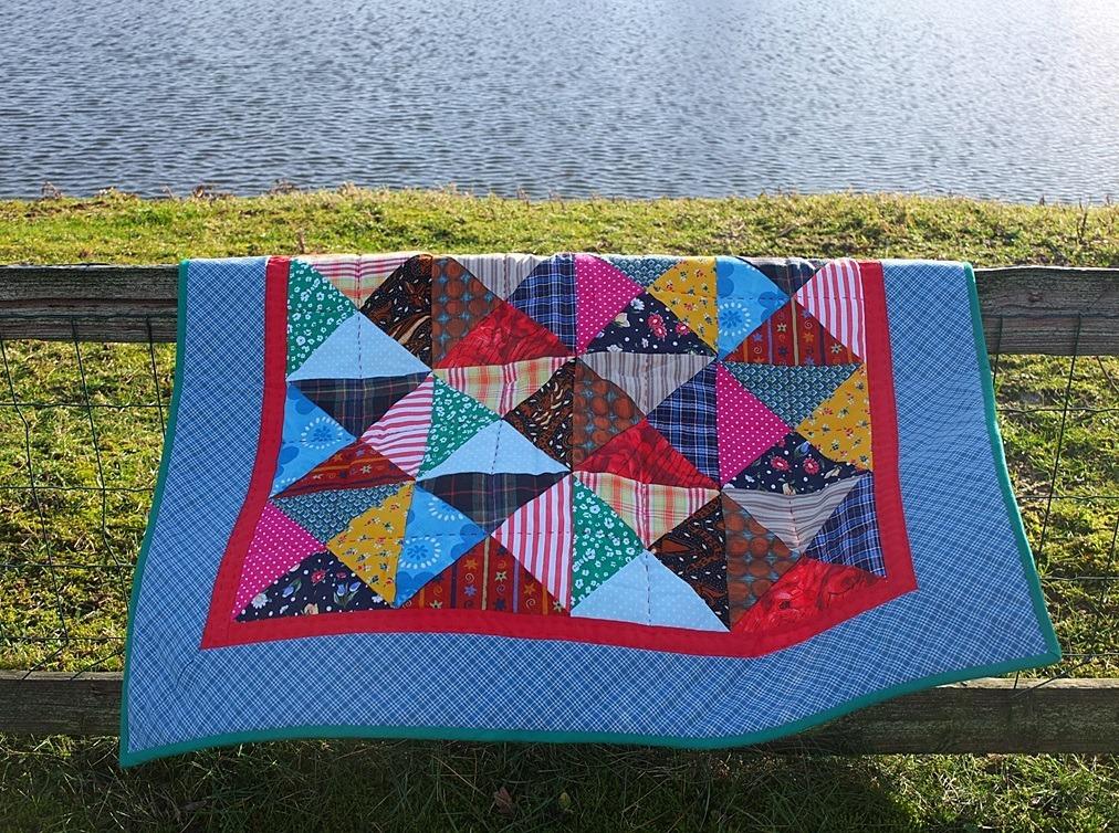 Zandloper quilt hangt aan hek