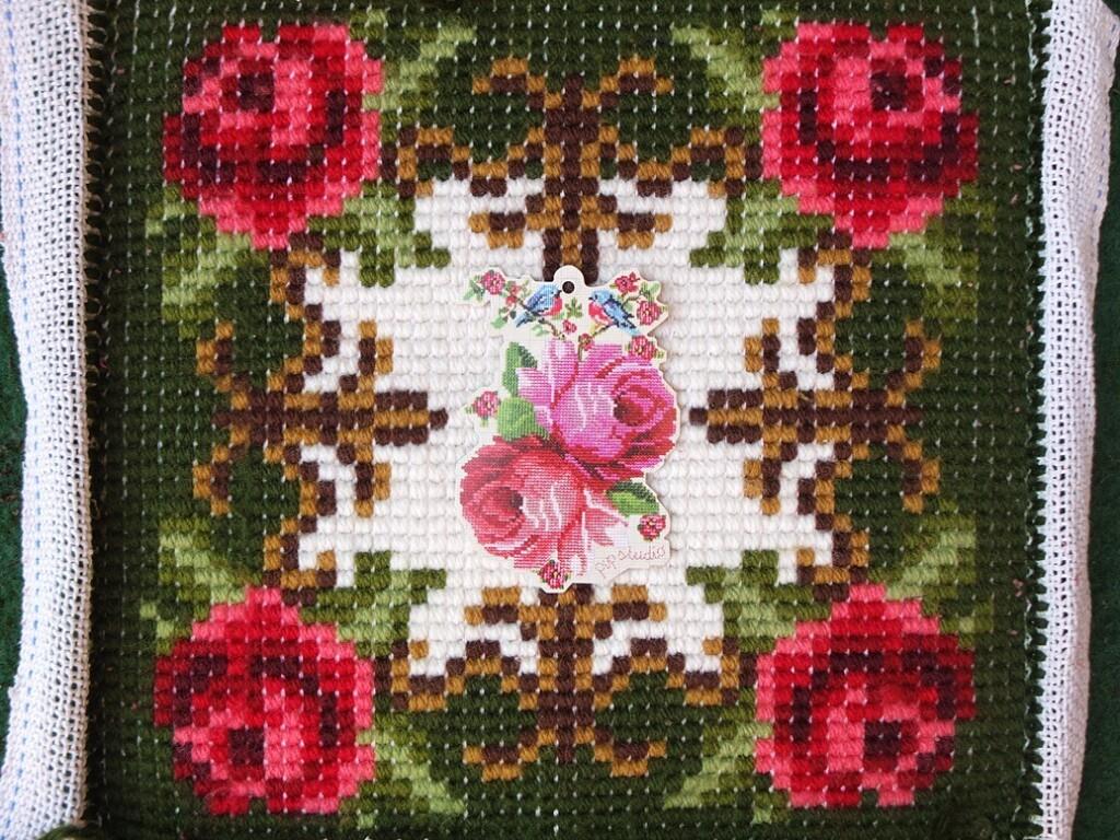 Achterkant Smyrna knoopwerk kussen met rozen