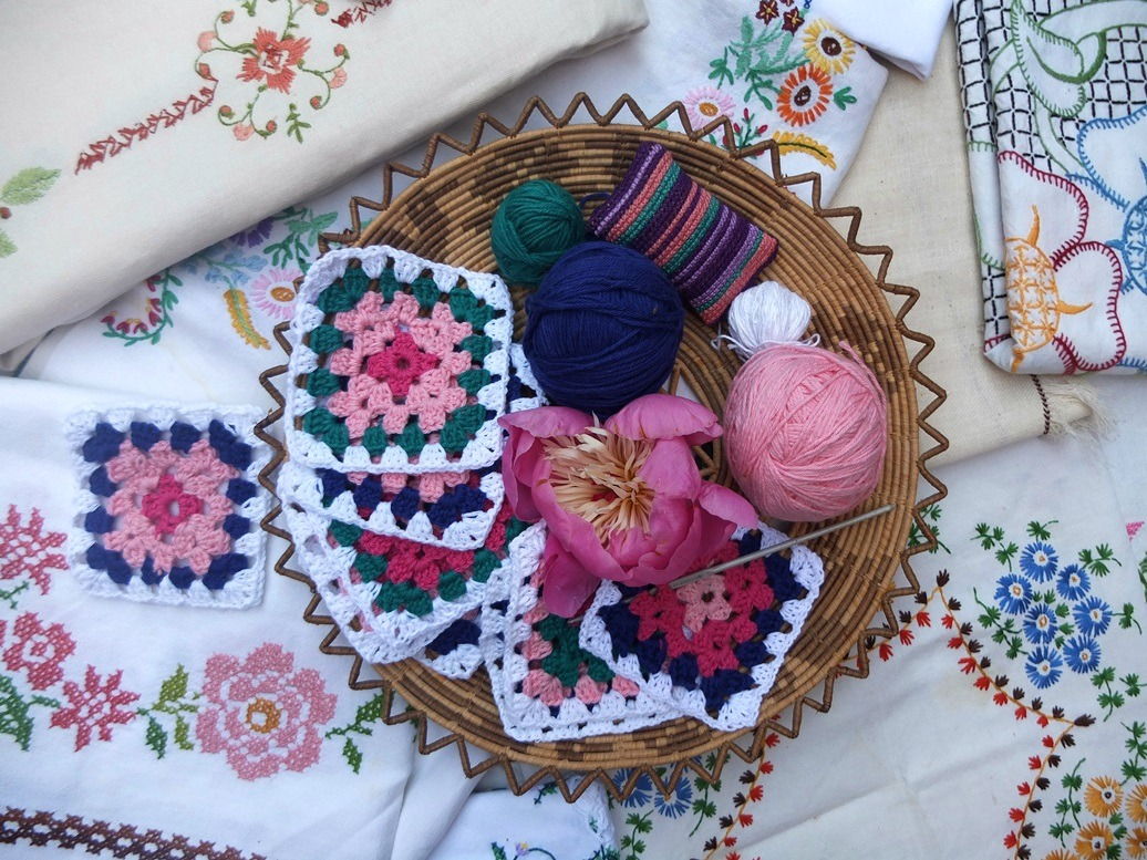 Geborduurde tuintafelkleedjes en mandje granny squares
