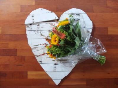 Houten hart met bloemen