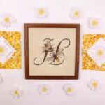 Letter H en gehaakte margrietjes