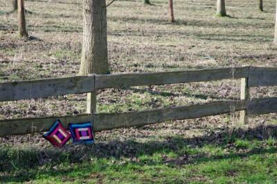 Log cabin kussentjes tegen hek