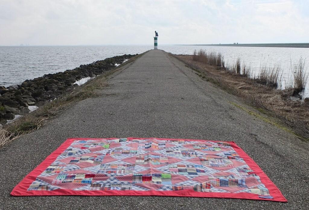 Quilt neergelegd op klein dijkje halverwege de lange Houtribdijk