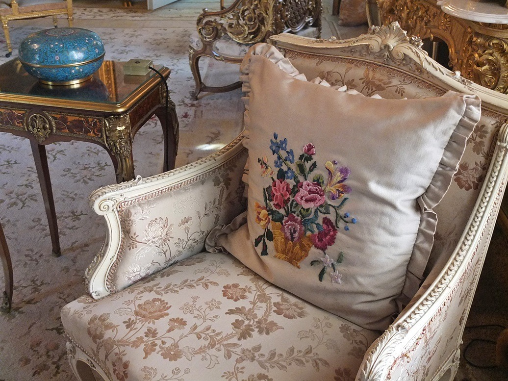 geborduurde kussens in een paleis en bij ikea