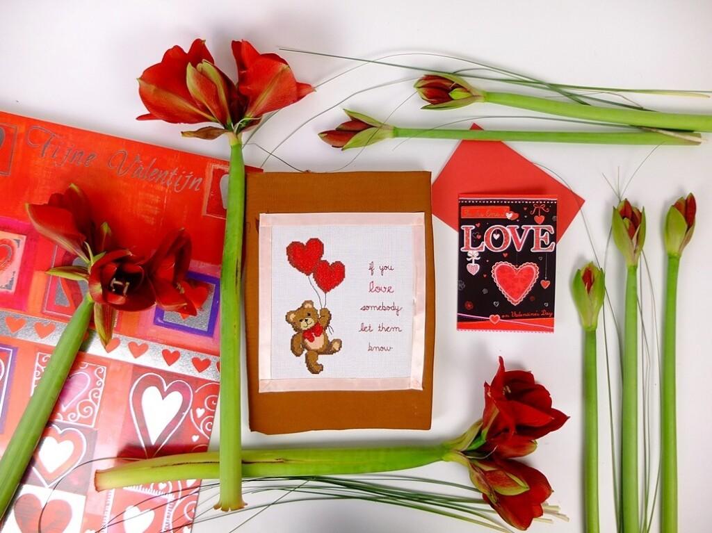 Valentijnskaarten en bloemen