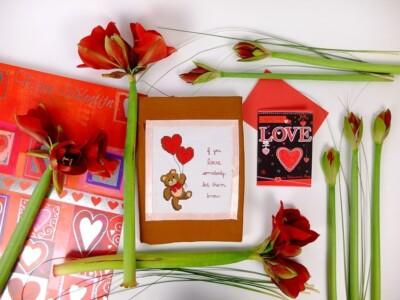 Valentijnskaarten en rode bloemen