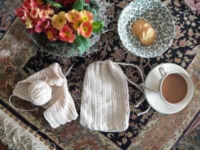 Visite haakwerkje met kopje koffie op Perzisch tapijtje
