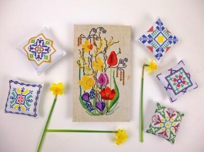 geborduurde voorjaarsbloemen en geborduurde kussentjes