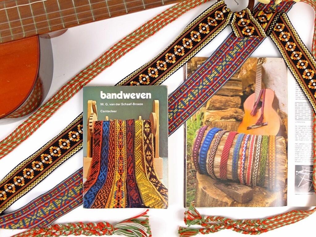 gitaar met geweven banden en boeken over weven