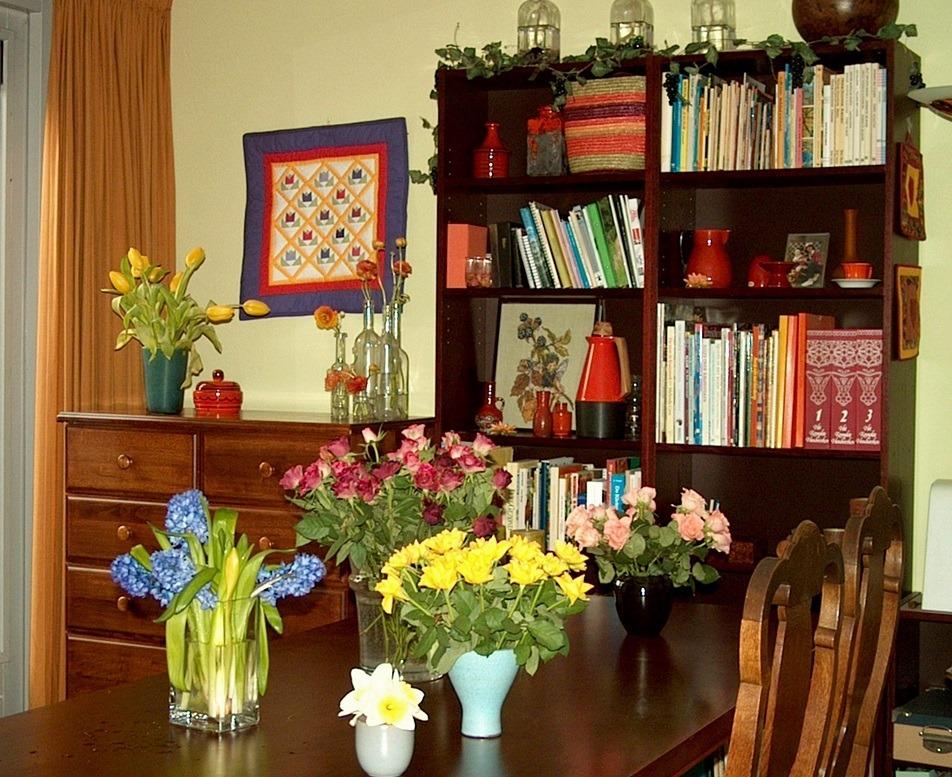 Interieur met voorjaarsbloemen op tafel