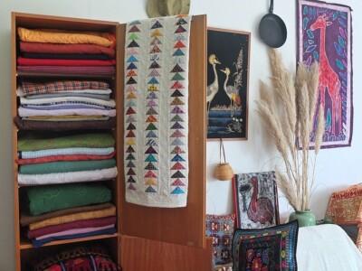 kast met quilts en flying-geese hangend over deur
