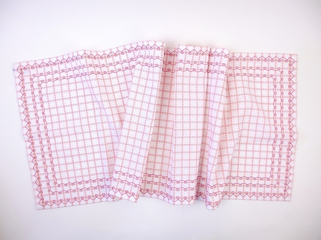 roze kleedje geborduurd op wafelstof