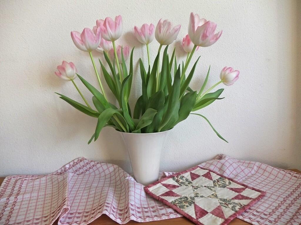 roze tulpen op nostalgisch kleedje