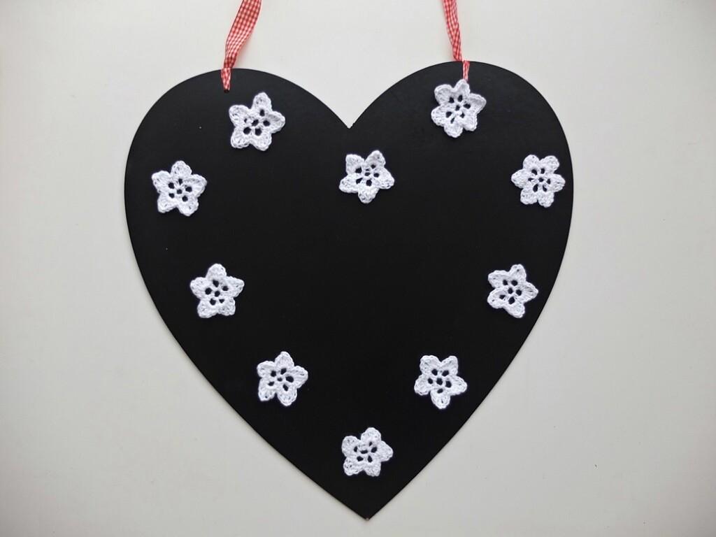 zwart hart met witte gehaakte sterretjes