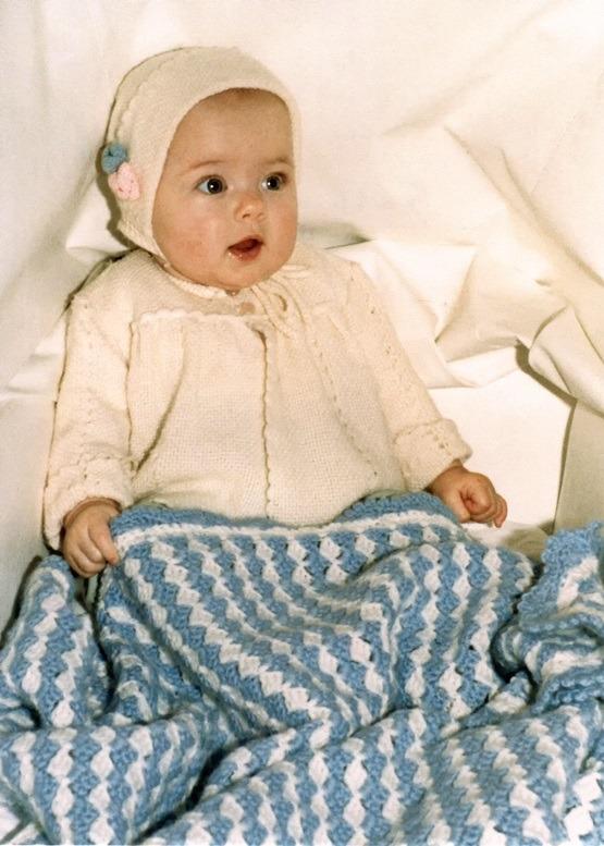 Baby met gehaakt dekentje