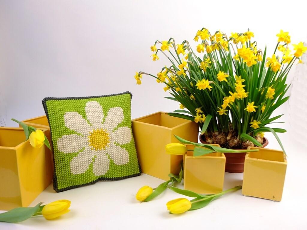 Geborduurde Margriet met Narcissen en gele potten