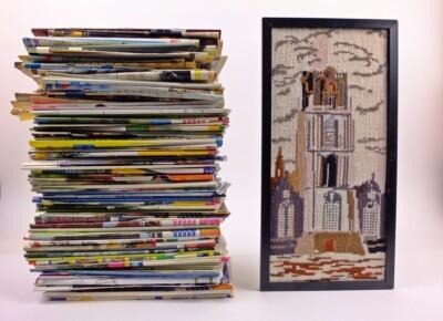 Stapel tijdschriften en geborduurde kerktoren