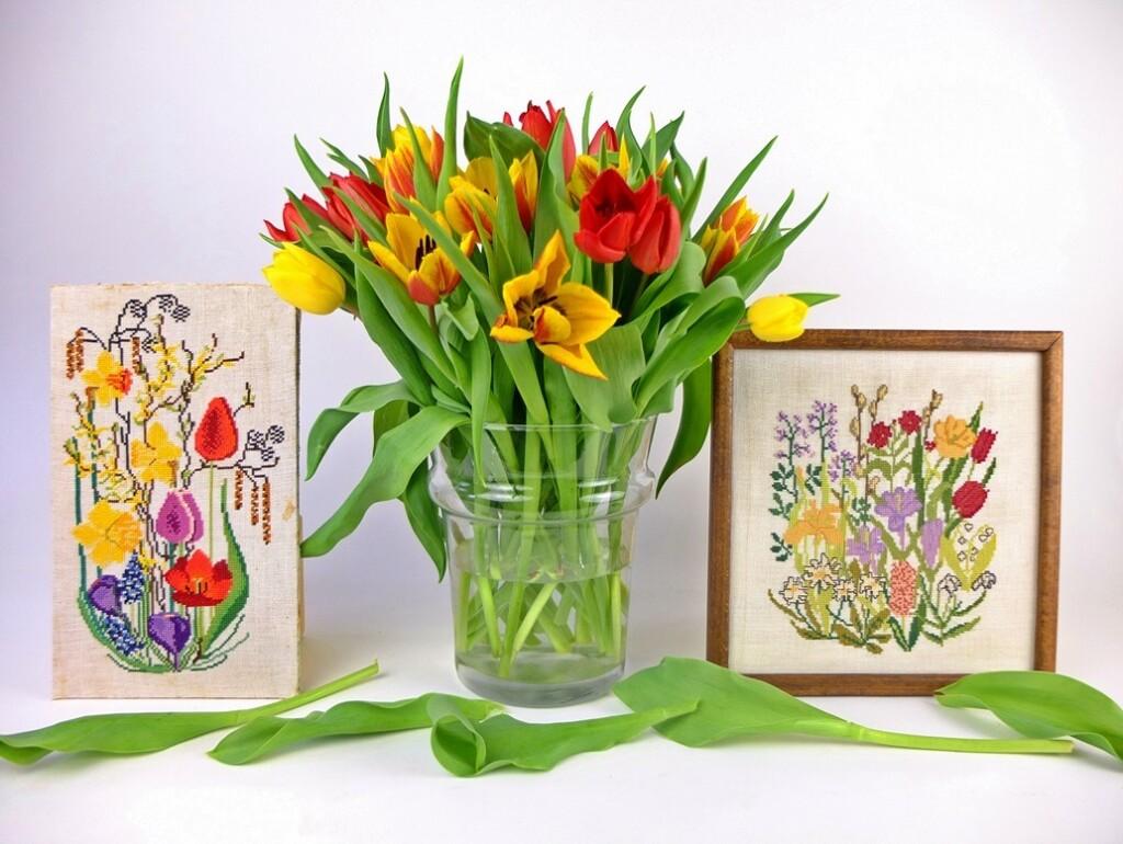 Tulpen en twee geborduurde schilderijtjes voorjaarsbloemen