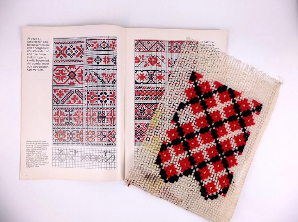 Borduurwerk in zwart en rood
