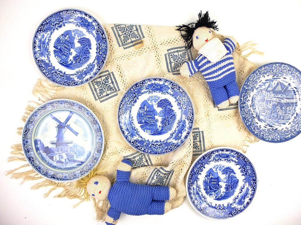 Geborduurd blauw kleedje met blauwe borden