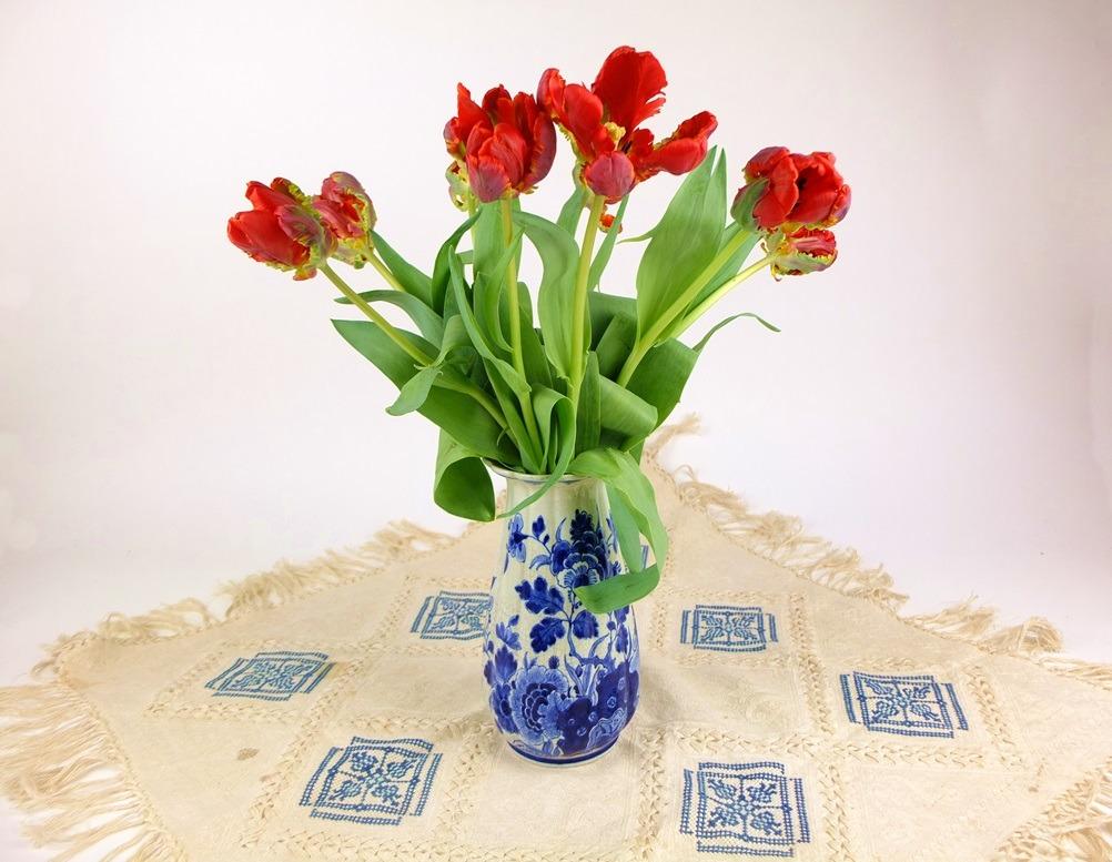 Geborduurd kleedje met rode tulpen