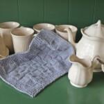 Gebreid handdoekje bij theeservies