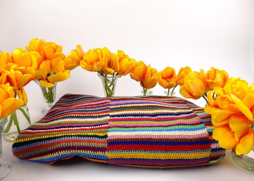 Gehaakte lappendeken met gele tulpen