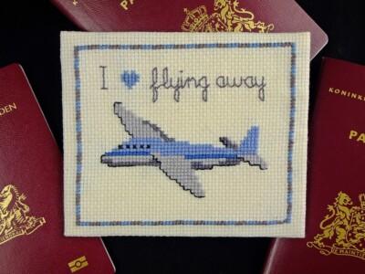 Borduurwerkje vliegtuig met tekst: I love flying away