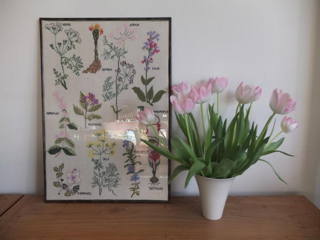 Kruidenschilderij met tulpen