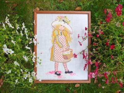 Schilderijtje meisje met bloemenhoed, geborduurd in platsteek