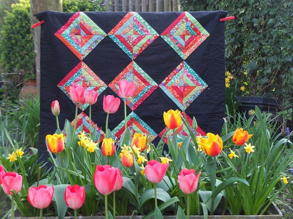 Negen-ruiten quilt met tulpen