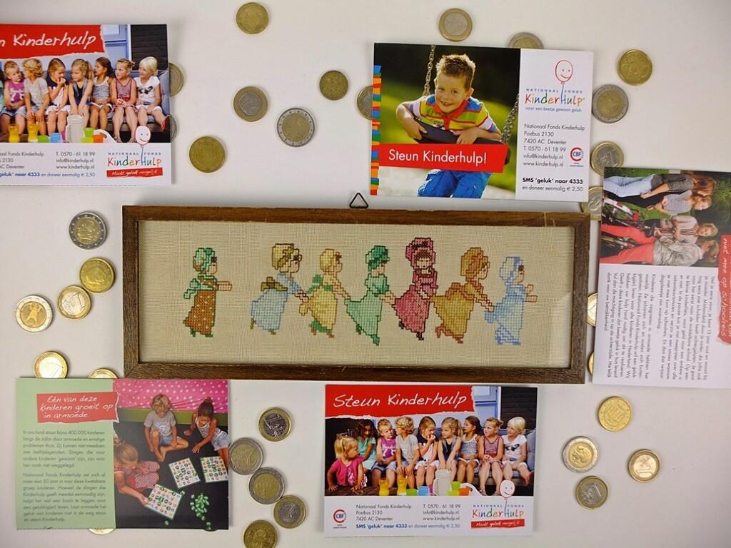 Schilderijtje spelende kinderen met folders collecte Kinderhulp