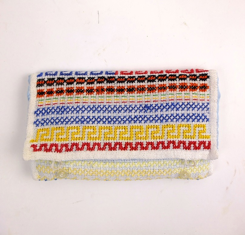 Tasje (clutch) met geborduurde gekleurde randjes