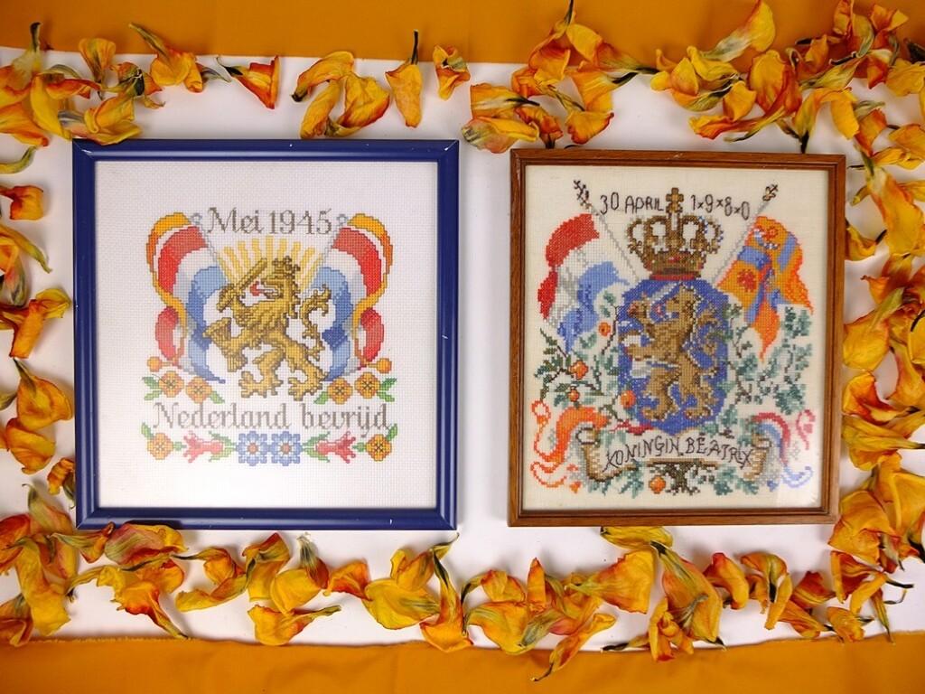 Twee geborduurde schilderijtjes Nederlandse leeuw