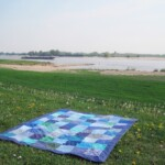 Blauw picknickkleed langs rivier